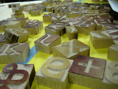 Scattered pieces of wood type for the Carter font