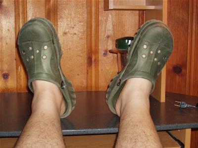 crocs1 - Bir Erke�in Asla Yak�n�ndan Bile Ge�memesi Gereken Giyim Unsurlar�