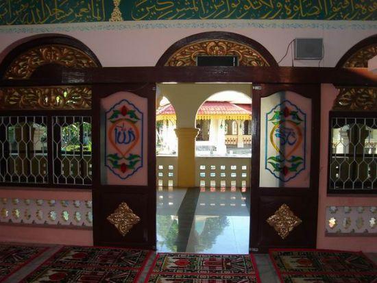 salah satu pintu masuk ke dalam mesjid