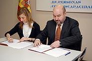 Fotografía de la presidenta del CERMI yy del Ministro de igualdad, firmando el acuerdo.