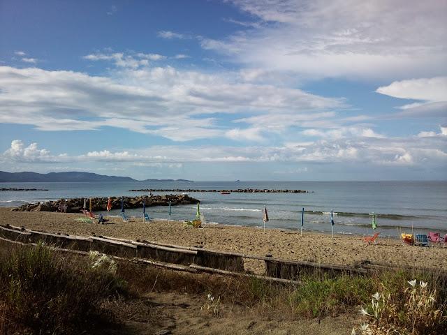 Spiaggia e mare di mattina pronti per accogliere i bagnanti in una bella giornata di sole