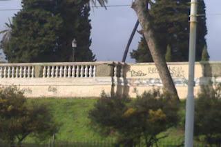 Non vanno eliminati i graffiti. Va eliminato chi consente che vi siano