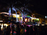 Vyzdobená restaurace a davy lidí před ní
