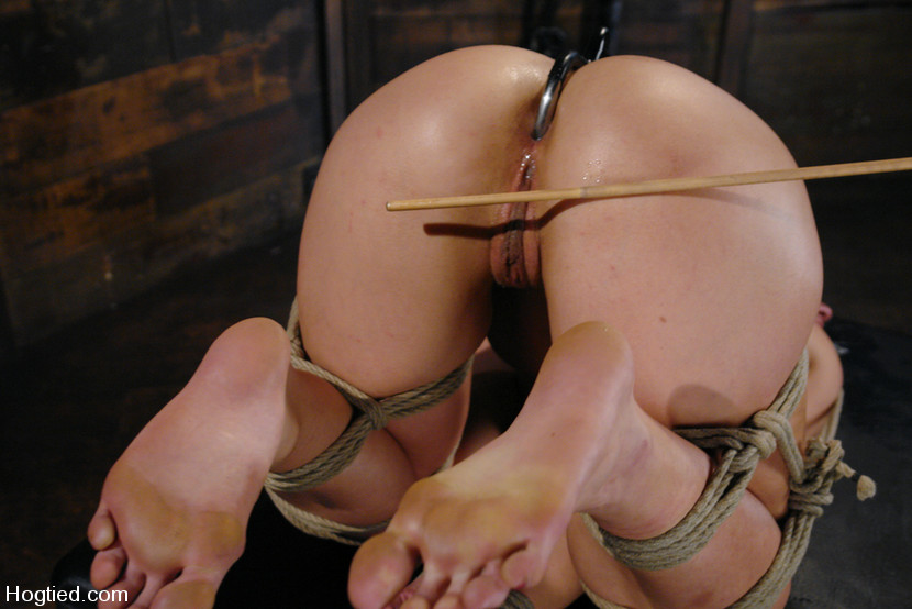 piss loving babe plays with her speculum