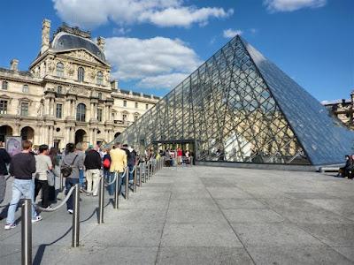Pirámide del Museo Louvre de París