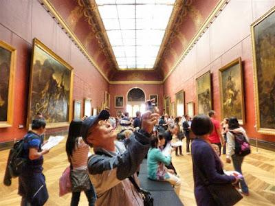 Turistas en el Museo Louvre de París