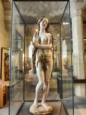 """Escultura """"María Magdalena"""" en el Museo Louvre de París"""