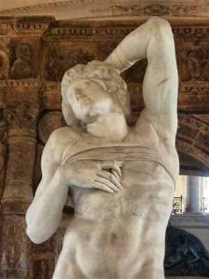 """Escultura """"Esclavo moribundo"""" en el Museo Louvre de París"""