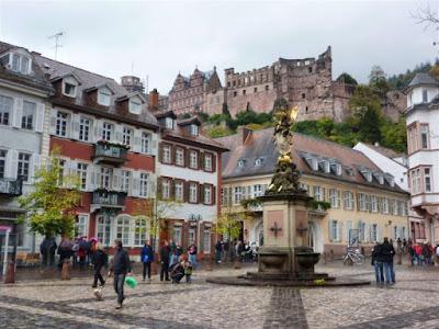 Palacio de Heidelberg, Estatua de la Vírgen y Palacete de Graimberg desde Kornmarkt
