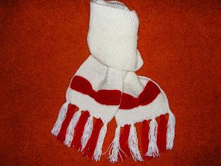 fular handmade pufos tricotat alb cu rosu funde realizate manual