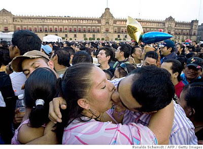 Mexico City sets kissing record on Valentine's Day,world records 2010,kiss records 2009