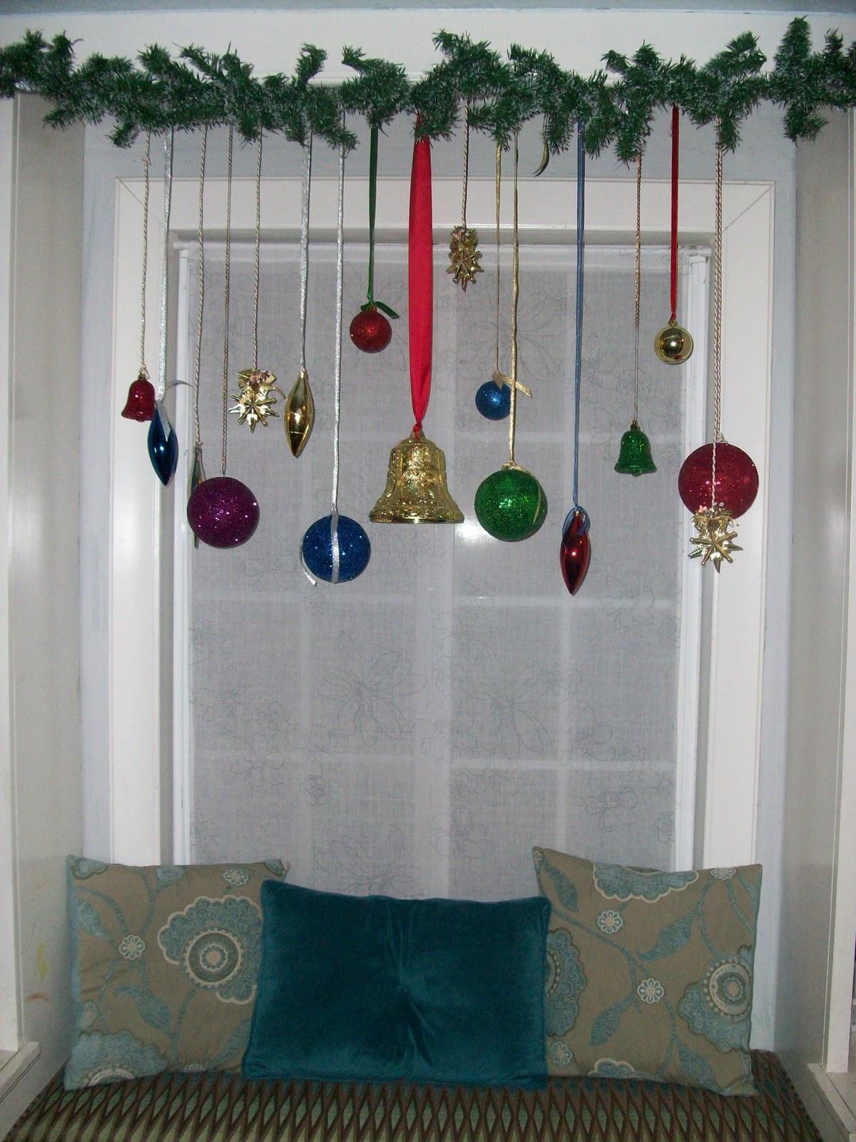 Decoracion De Ventanas Exteriores Para Navidad ~   esferas listones de diferentes colores cortineros de presi?n