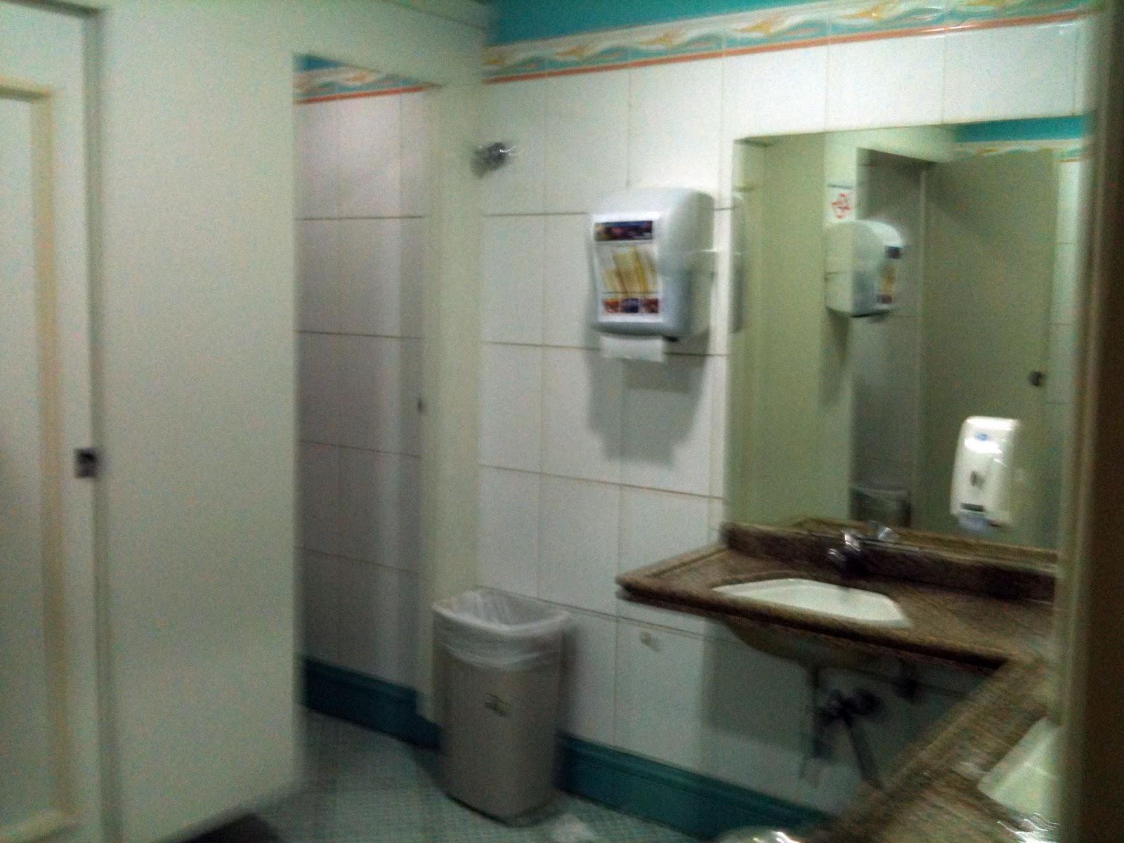 Localizado nos fundos do bar os banheiros são de fácil acesso e  #386D65 1600x1200 Banheiro Adequado Do Gato
