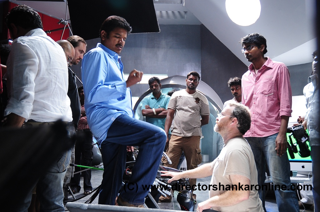 [Shankar(Director)+explaining+the+shot+to+the+animatronics+technician+Vance+in+Sun+studios+set,+Chennai.jpg]