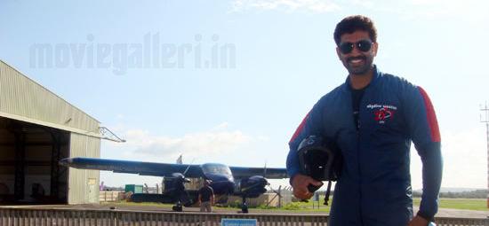 http://2.bp.blogspot.com/_kLvzpyZm7zM/S86fiPUVhSI/AAAAAAAAKGk/TNKhRMKlqqM/s1600/arun_vijay_skydiving_stills_photos_pics_03.jpg