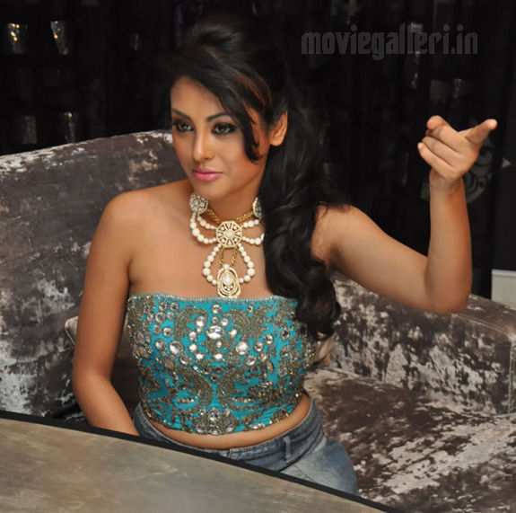 http://2.bp.blogspot.com/_kLvzpyZm7zM/S8VZF-WHe2I/AAAAAAAAJic/Tgbix3fqMMU/s1600/Tamil_actress_Meenakshi_Hot_Photo_Shoot_images_06.jpg