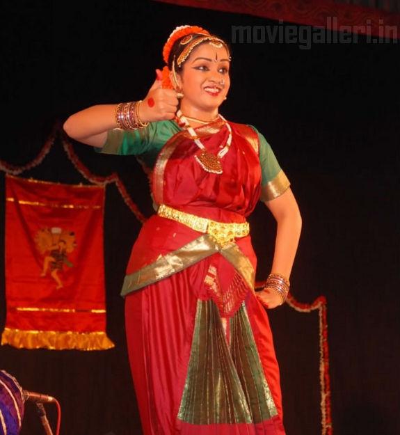 http://2.bp.blogspot.com/_kLvzpyZm7zM/S9WoJW299nI/AAAAAAAAKik/jaFr2cpp9Z0/s1600/Revathy-Harita-dhananjayan-Bharathanatyam-arangetram-12.jpg