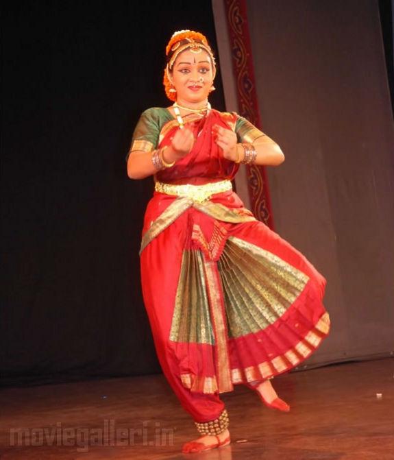 http://2.bp.blogspot.com/_kLvzpyZm7zM/S9WoLVLxirI/AAAAAAAAKjE/xQC9x2gx4So/s1600/Revathy-Harita-dhananjayan-Bharathanatyam-arangetram-08.jpg