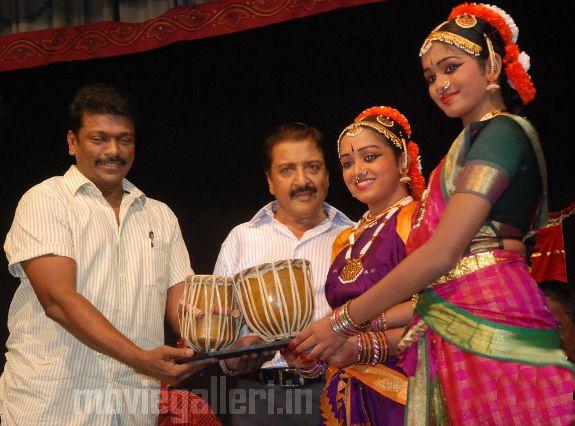 http://2.bp.blogspot.com/_kLvzpyZm7zM/S9WoY87LhSI/AAAAAAAAKjU/dA1LMqaInoc/s1600/Revathy-Harita-dhananjayan-Bharathanatyam-arangetram-06.jpg