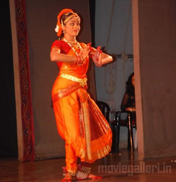 http://2.bp.blogspot.com/_kLvzpyZm7zM/S9WoYnQshhI/AAAAAAAAKjM/zs0H3cGfw6g/s1600/Revathy-Harita-dhananjayan-Bharathanatyam-arangetram-07.jpg