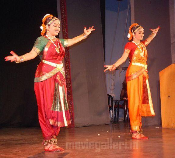 http://2.bp.blogspot.com/_kLvzpyZm7zM/S9WoaH_upgI/AAAAAAAAKjs/2VE_h7P6pdc/s1600/Revathy-Harita-dhananjayan-Bharathanatyam-arangetram-03.jpg
