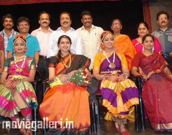 http://2.bp.blogspot.com/_kLvzpyZm7zM/S9WozNfuONI/AAAAAAAAKkE/W_DElSLNMj0/s1600/Revathy-Harita-dhananjayan-Bharathanatyam-arangetram-02.jpg
