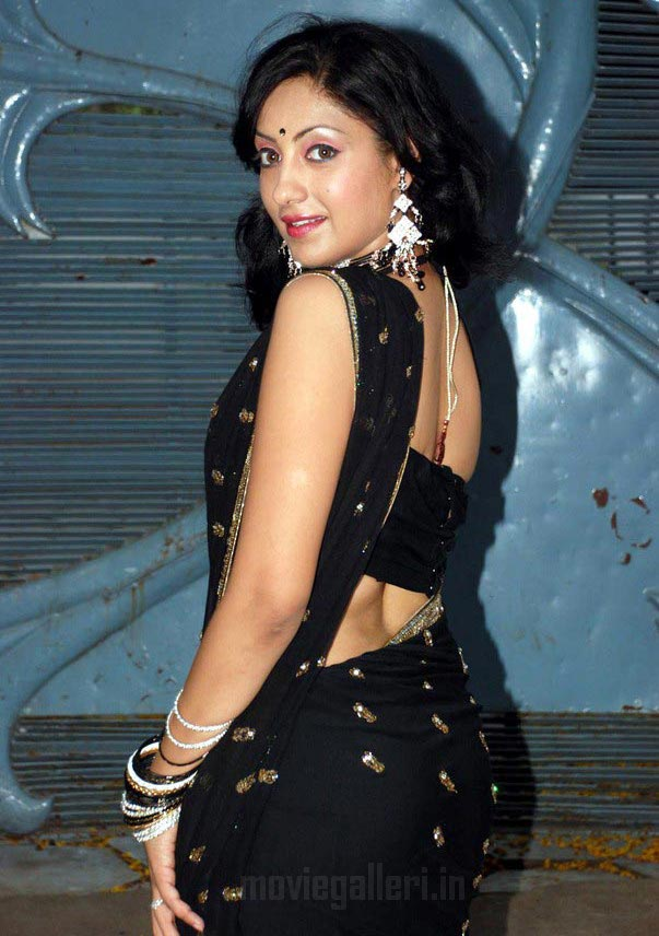 Gurleen Chopra Sexy Pics in Black Saree