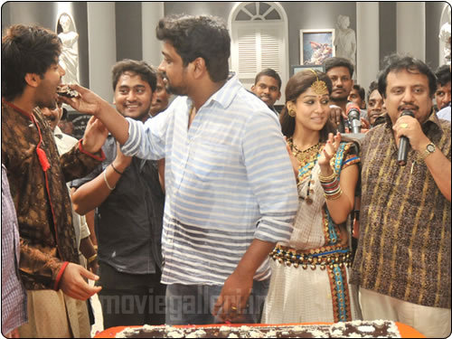 http://2.bp.blogspot.com/_kLvzpyZm7zM/TFi_1UmOKlI/AAAAAAAAUUE/WMxRsDiZjBA/s1600/boss_engira_baskaran_movie_stills_gallery_02.jpg