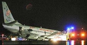 Pesawat Air asia terbabas di lapangan terbang kuching