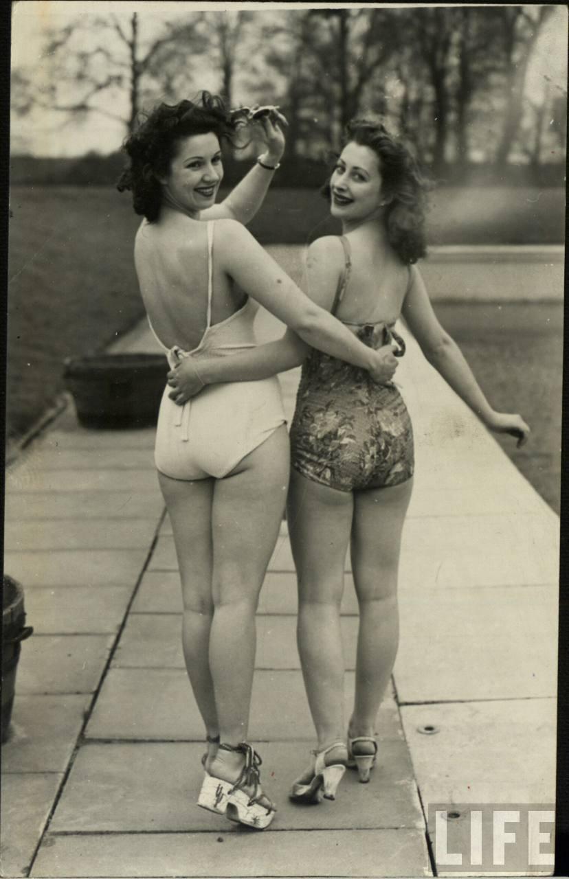 фото - две девушки в винтажных купальниках