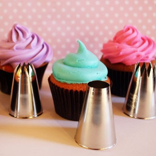 To get the swirled looks of the purple and pink cupcakes