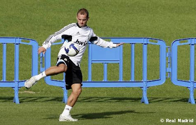 Wesley Sneijder kicks ball