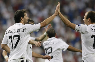 Ruud van Nistelrooy celebratest the goal with teammates
