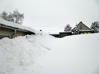 Hinter dieser Schneewand befindet sich die Kegelbahn