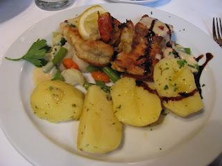 Gemischte Fischplatte mit Salzkartoffeln und Buttergemüse