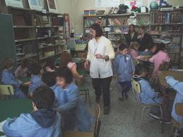 La bibliotecaria  con los niñosdel jardín.