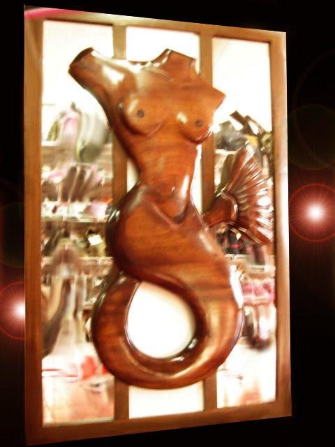Escultura em madeira e vidro
