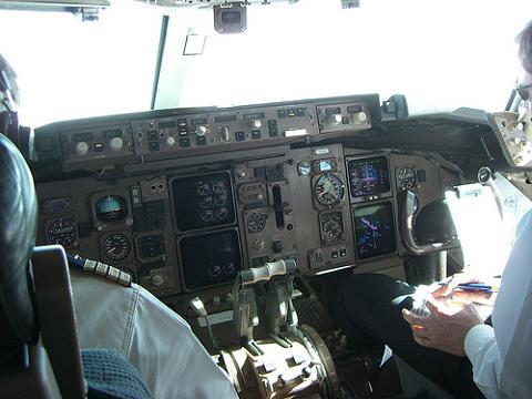 Lecospotters ryanair quiere prescindir de un piloto en sus vuelos - Cabina ryanair ...