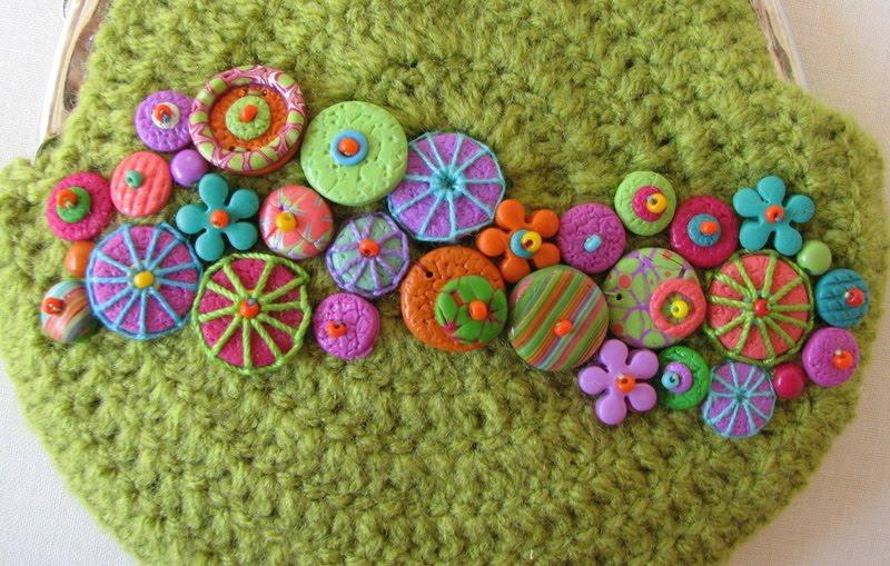 Пуговицы можно сделать из полимерной глины, чтобы украсить каждую из косметичек или кружками из валяной шерсти.