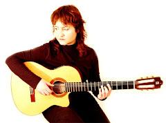 EVA GÓMEZ. Cantautora. Somiadora. Lluitadora musical. Productora dels seus propis treballs.