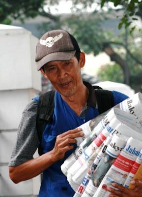 http://2.bp.blogspot.com/_kdZXGydSoOs/SzMVkWabOGI/AAAAAAAAAMg/xMBcRv1-134/s400/dwitagama-tukang-koran1.jpg