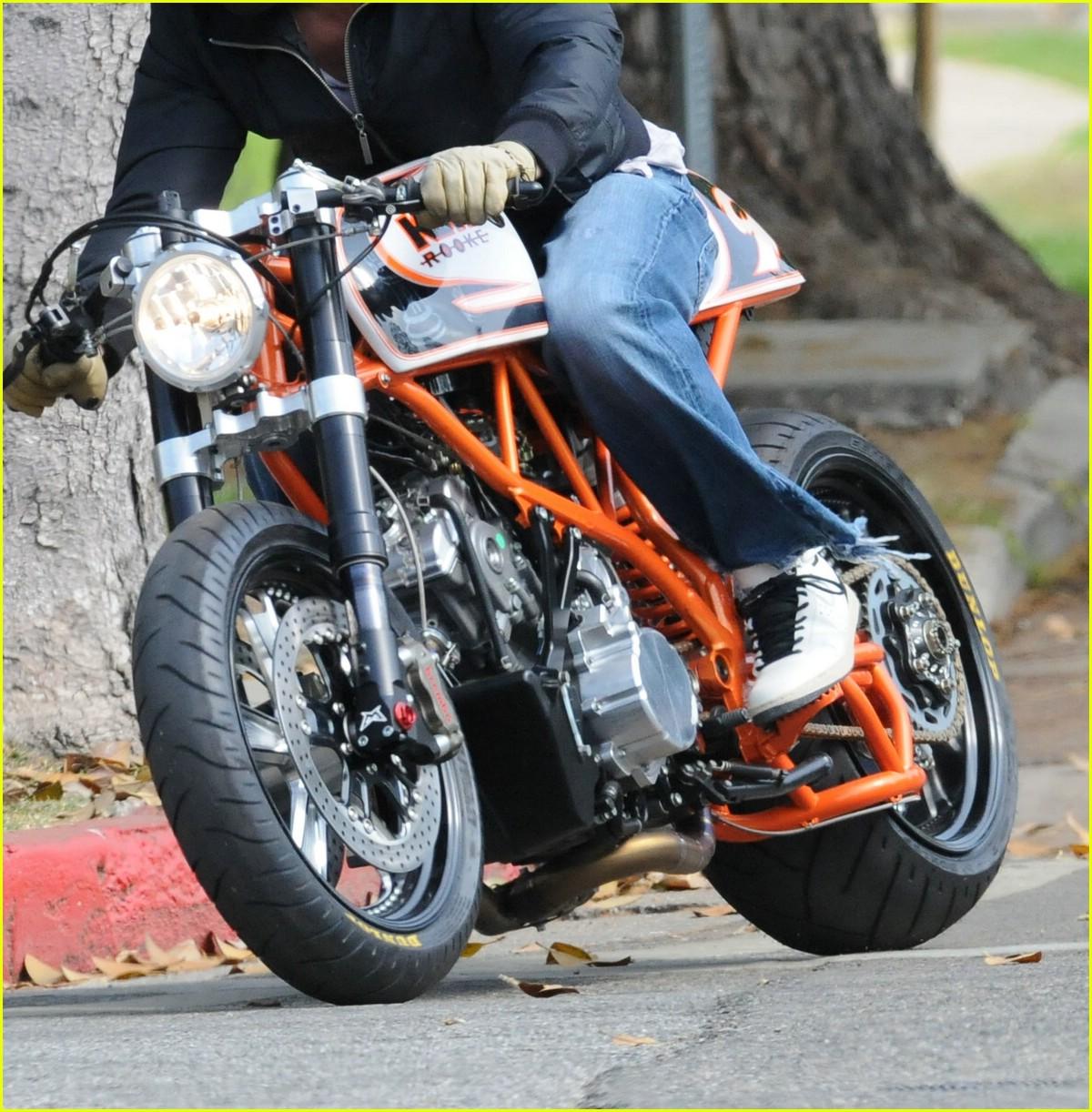 http://2.bp.blogspot.com/_khWMKx04iSc/TJ5iNAKCzCI/AAAAAAAAASA/_Q0O4e_TamQ/s1600/brad-pitt-orange-motorcycle-05.jpg