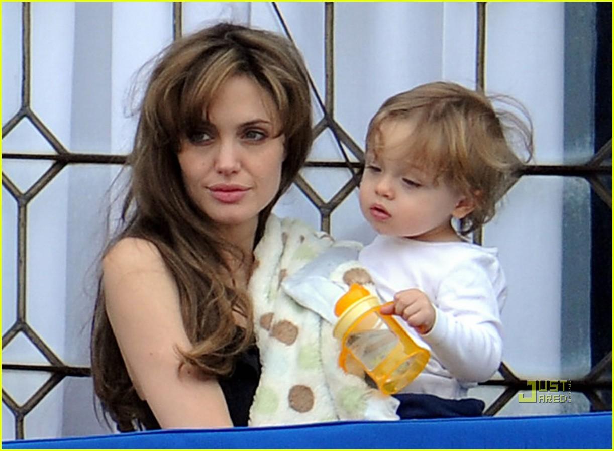 http://2.bp.blogspot.com/_khaYitEmXkw/S6vKQjWOFTI/AAAAAAAAI8o/uHHSg6IJe4g/s1600/angelina-jolie-knox-balcony-venice-13.jpg