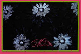 Detalle de bolso de lino con flores de rafia
