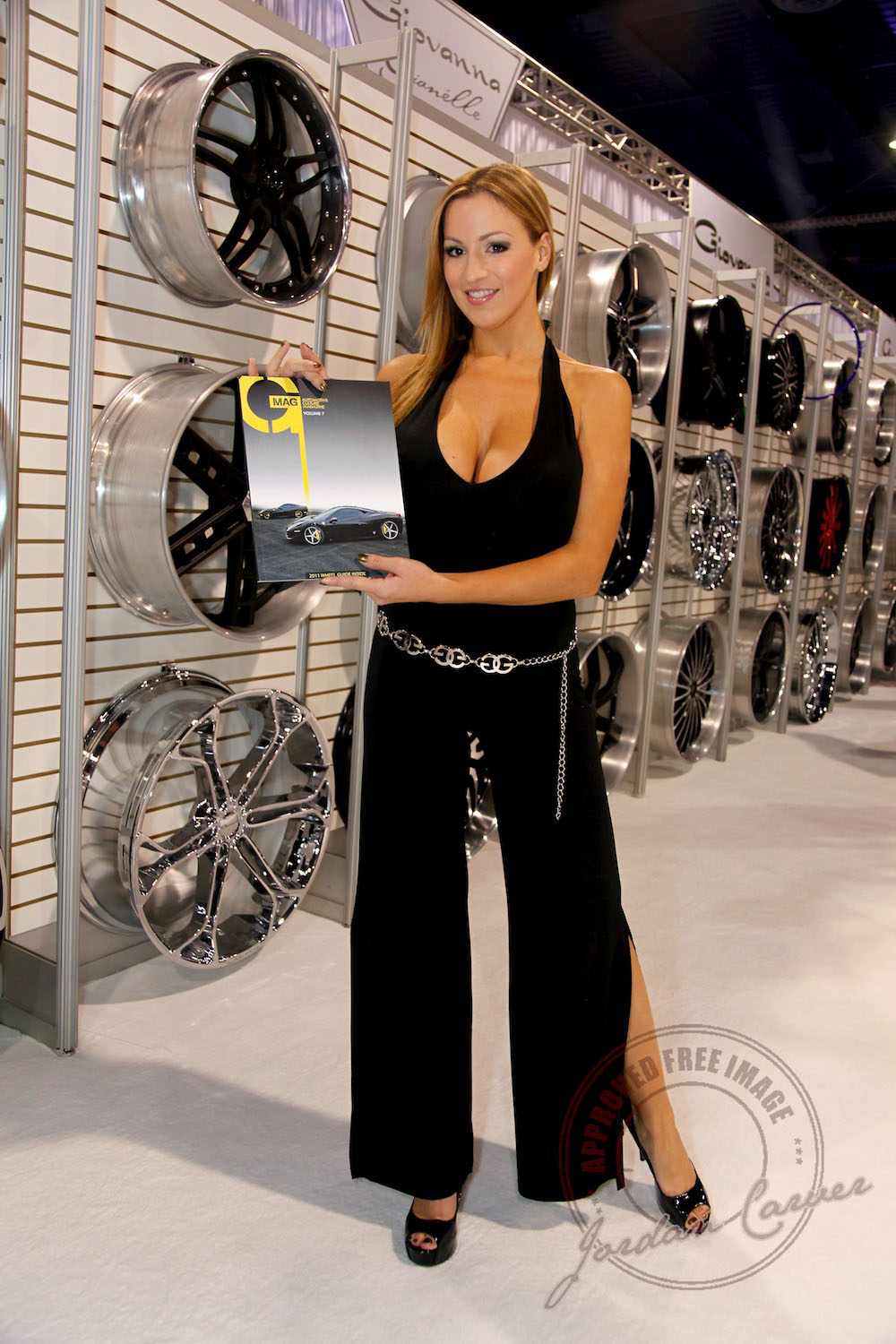 Jordan Carver stops by our booth – Giovanna Luxury Wheels