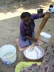 Menina preparando a farinha para o Xima