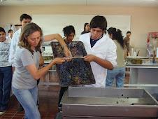 Imágenes del 2009: Haciendo vino en el laboratorio escolar