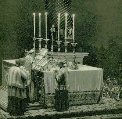 http://2.bp.blogspot.com/_kweFJm8yGGQ/R0F5zsKUpHI/AAAAAAAAAlY/L62ajW73TYQ/s400/piusxii-altar.jpg
