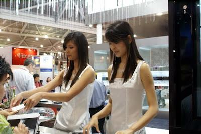Foto Foto SPG seksi dan Hot Pembukaan Celuler Phone