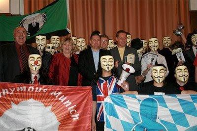 Gruppenfoto von Anonymous und den Rednern der Konferenz